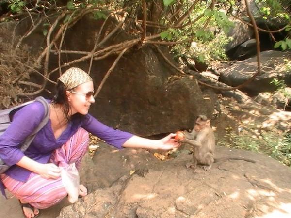Юля Кудасова кормит обезьянку