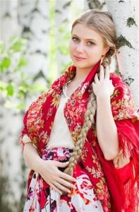 русская-женщина-у-березы